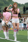 SNSD biểu diễn trên sân vận động cổ vũ cho trấn đấu bóng giải vô địch Th_01490_21_122_573lo