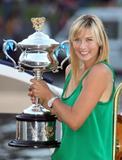 Les plus belles photos et vidéos de Maria Sharapova Th_44712_Offcourt_At_The_Australian_Open_2008_13_123_839lo