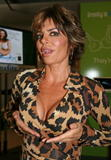 Lisa Rinna Even Elmo wants to see her cleavage Foto 134 (���� ����� ���� Elmo ����� ������ �� ����������� ���� 134)